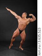 Купить «Бодибилдер демонстрирует свою мускулатуру», фото № 3635523, снято 2 апреля 2011 г. (c) Losevsky Pavel / Фотобанк Лори