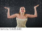 Купить «Юная девушка радуется дождю на темном фоне», фото № 3635643, снято 2 апреля 2011 г. (c) Losevsky Pavel / Фотобанк Лори