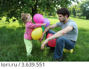 Счастливые дочь и грустный папа играют в парке. Стоковое фото, фотограф Оленька Винник / Фотобанк Лори