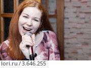Купить «Девушка с микрофоном поет песни», фото № 3646255, снято 20 апреля 2012 г. (c) Кекяляйнен Андрей / Фотобанк Лори