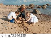 Девушка и двое детей строят замок из песка. Стоковое фото, фотограф Андрей Небукин / Фотобанк Лори
