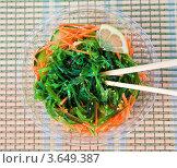 Купить «Салат вакаме с двумя бамбуковыми палочками», фото № 3649387, снято 8 мая 2012 г. (c) Анна Лурье / Фотобанк Лори