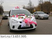 Свадебный автомобиль, украшенный лентами, цветами и кольцами (2011 год). Редакционное фото, фотограф BoLinar / Фотобанк Лори