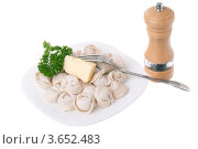 Пельмени на белой тарелке и зеленью и сливочным маслом. Стоковое фото, фотограф Алексей Омельянович / Фотобанк Лори