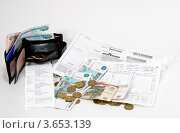 Купить «Квитанция и деньги: платеж за квартиру», фото № 3653139, снято 17 сентября 2019 г. (c) Светлана Кузнецова / Фотобанк Лори