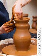 Руки гончара, изготавливающего глиняный кувшин. Стоковое фото, фотограф Сергей Лаврентьев / Фотобанк Лори