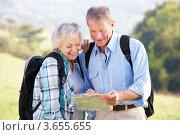 Немолодая пара не прогулке изучает карту. Стоковое фото, фотограф Monkey Business Images / Фотобанк Лори