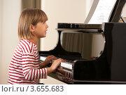 Купить «Маленькая девочка играет на рояле», фото № 3655683, снято 5 сентября 2011 г. (c) Monkey Business Images / Фотобанк Лори