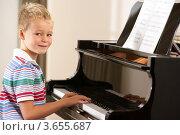 Купить «Мальчик учится играть на фортепиано», фото № 3655687, снято 5 сентября 2011 г. (c) Monkey Business Images / Фотобанк Лори