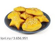 Желтое печенье с кунжутом на тарелке, белый фон. Стоковое фото, фотограф Ольга Деева / Фотобанк Лори