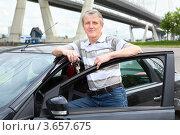 Купить «Пожилой водитель стоит рядом с автомобилем с ключами в руках», фото № 3657675, снято 3 июня 2012 г. (c) Кекяляйнен Андрей / Фотобанк Лори