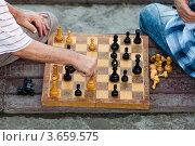 Купить «Два пожилых мужчины играют в шахматы», фото № 3659575, снято 9 июля 2012 г. (c) Serhii Odarchenko / Фотобанк Лори