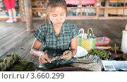 Купить «Изготовление сигары. Табачная мастерская на озере Инле, Мьянма», видеоролик № 3660299, снято 7 июля 2012 г. (c) Кирилл Трифонов / Фотобанк Лори