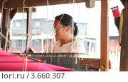 Купить «Ткачиха в ткацкой мастерской на озере Инле, Мьянма», видеоролик № 3660307, снято 7 июля 2012 г. (c) Кирилл Трифонов / Фотобанк Лори