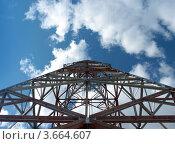Металлическая конструкция для линии электропередачи на фоне неба. Стоковое фото, фотограф Алексей Макшаков / Фотобанк Лори