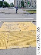 Купить «Пешеходный переход с использованием тактильной желтой плитки», фото № 3665555, снято 13 июля 2012 г. (c) Илюхина Наталья / Фотобанк Лори