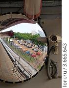 Купить «Камера видеонаблюдения и обзорное зеркало», фото № 3665643, снято 17 июня 2012 г. (c) Светлана Кузнецова / Фотобанк Лори