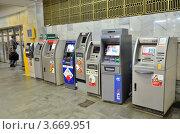 Несколько банкоматов, стоящих в ряд в метро (2012 год). Редакционное фото, фотограф Julia Ovchinnikova / Фотобанк Лори
