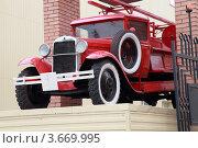 Купить «Красный пожарный автомобиль на пьедестале. Рязань.», фото № 3669995, снято 2 июля 2012 г. (c) УНА / Фотобанк Лори