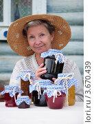 Купить «Пожилая женщина держит банку с вареньем», фото № 3670439, снято 15 июля 2012 г. (c) Наталья Евстигнеева / Фотобанк Лори