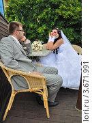 Купить «Жених и невеста беседуют за столом», фото № 3671991, снято 24 июля 2010 г. (c) Арестов Андрей Павлович / Фотобанк Лори
