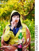 Купить «Женщина на улице сидя на стуле с бутылкой вина пьёт вино из стакана», эксклюзивное фото № 3673051, снято 3 июня 2012 г. (c) Игорь Низов / Фотобанк Лори