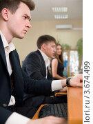 Молодые люди в деловой одежде сидят за компьютером. Стоковое фото, фотограф Вадим Иванов / Фотобанк Лори
