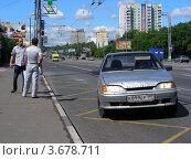 Автомобиль едет по выделенной автобусной полосе. Щелковское шоссе. Москва, эксклюзивное фото № 3678711, снято 30 июня 2012 г. (c) lana1501 / Фотобанк Лори
