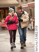 Мужчина и девушка идут по улице города. Стоковое фото, фотограф Monkey Business Images / Фотобанк Лори