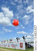 Автоэкзотика-2012 – зрители на трибуне с воздушными шарами на фоне синего неба. Москва, Тушино. Редакционное фото, фотограф Полина Пчелова / Фотобанк Лори