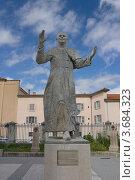 Купить «Статуя Иоанна Павла II во дворе базилики Нотр-Дам-де-Фурвьер, Лион, Франция», фото № 3684323, снято 11 июля 2012 г. (c) Иван Марчук / Фотобанк Лори