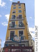 Купить «Дом со знаменитыми уличными фресками, изображающими известных лионцев. Историческая часть Лиона (объект ЮНЕСКО), Франция», фото № 3686347, снято 11 июля 2012 г. (c) Иван Марчук / Фотобанк Лори