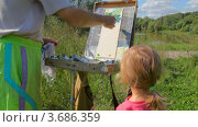 Купить «Художник учит рисованию маленькую девочку в парке летним днем», видеоролик № 3686359, снято 11 июля 2010 г. (c) Losevsky Pavel / Фотобанк Лори