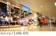 Купить «Покупатели в торговом центре», видеоролик № 3686435, снято 18 марта 2010 г. (c) Losevsky Pavel / Фотобанк Лори