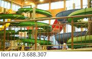 Купить «Бассейн с фонтаном находится за металлическим забором в аквапарке», видеоролик № 3688307, снято 5 июля 2010 г. (c) Losevsky Pavel / Фотобанк Лори
