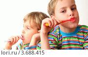 Купить «Мальчик и девочка в полосатых футболках чистят зубы», видеоролик № 3688415, снято 1 мая 2010 г. (c) Losevsky Pavel / Фотобанк Лори