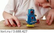 Купить «Мальчик играет с роботом на столе», видеоролик № 3688427, снято 7 июля 2010 г. (c) Losevsky Pavel / Фотобанк Лори