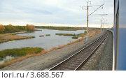 Осенний пруд из окна проезжающего поезда. Стоковое видео, видеограф Losevsky Pavel / Фотобанк Лори