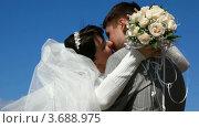 Купить «Целующиеся жених с невестой», видеоролик № 3688975, снято 19 марта 2010 г. (c) Losevsky Pavel / Фотобанк Лори