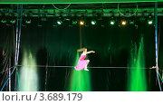 Купить «Выступление гимнастки на высоте в цирке», видеоролик № 3689179, снято 10 июля 2010 г. (c) Losevsky Pavel / Фотобанк Лори