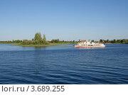 Купить «Катер плывёт по озеру Селигер», эксклюзивное фото № 3689255, снято 22 июня 2012 г. (c) Елена Коромыслова / Фотобанк Лори