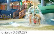 Купить «Очаровательная женщина, мужчина и девочка стоят под фонтаном», видеоролик № 3689287, снято 12 августа 2010 г. (c) Losevsky Pavel / Фотобанк Лори