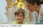 Купить «Мать и дочь около фонтана Дружбы народов», видеоролик № 3689347, снято 30 мая 2010 г. (c) Losevsky Pavel / Фотобанк Лори