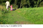 Купить «Отец и дочь бегут к велосипедам», видеоролик № 3689515, снято 24 мая 2010 г. (c) Losevsky Pavel / Фотобанк Лори