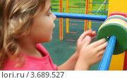 Купить «Девочка учится считать», видеоролик № 3689527, снято 3 мая 2010 г. (c) Losevsky Pavel / Фотобанк Лори