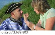 Купить «Женщина рисует на лице мужчины усы», видеоролик № 3689803, снято 17 марта 2010 г. (c) Losevsky Pavel / Фотобанк Лори
