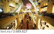 Купить «Украшенный к Новому Году ГУМ с покупателями», видеоролик № 3689827, снято 24 марта 2010 г. (c) Losevsky Pavel / Фотобанк Лори