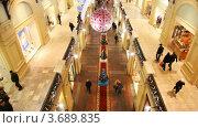 Купить «Украшенный к Новому Году ГУМ с покупателями. Вид сверху на первый и второй этажи», видеоролик № 3689835, снято 26 марта 2010 г. (c) Losevsky Pavel / Фотобанк Лори