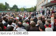 Купить «Толпа родителей у входа в школу на празднике», видеоролик № 3690455, снято 19 августа 2010 г. (c) Losevsky Pavel / Фотобанк Лори