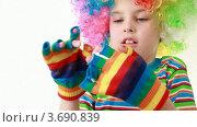 Купить «Мальчик в смешном парике носит яркие полосатые перчатки», видеоролик № 3690839, снято 5 июня 2010 г. (c) Losevsky Pavel / Фотобанк Лори
